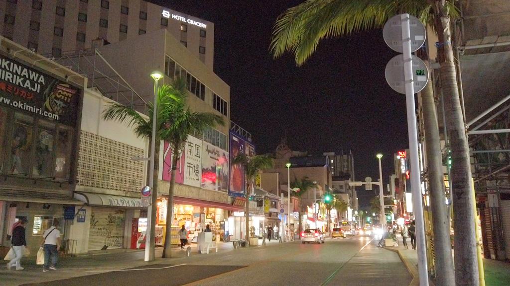夜の沖縄国際通り